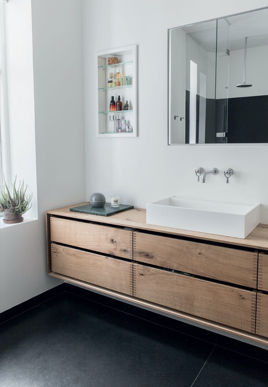 Badeværelse med egetræsplanker