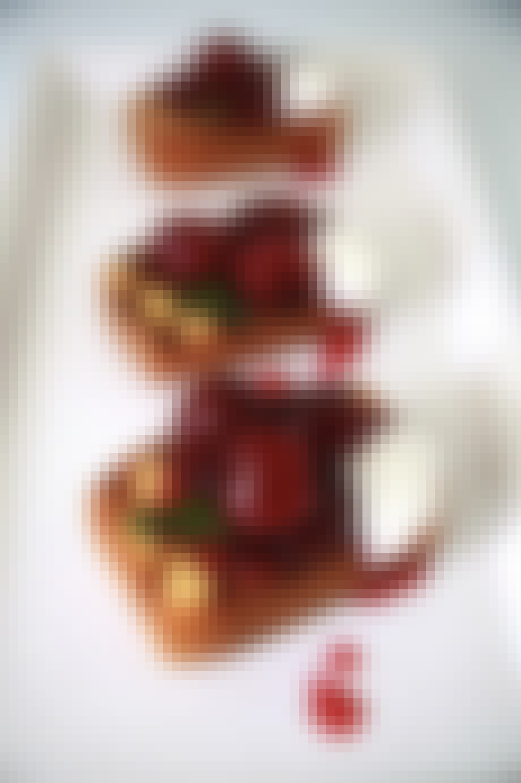 Grillet kage med kirsebærsovs