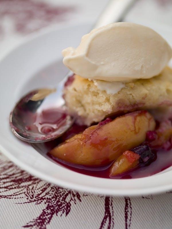 Kage med is og grillet frugt