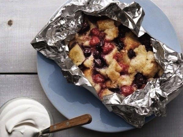 Grillet budding med frugt og brød