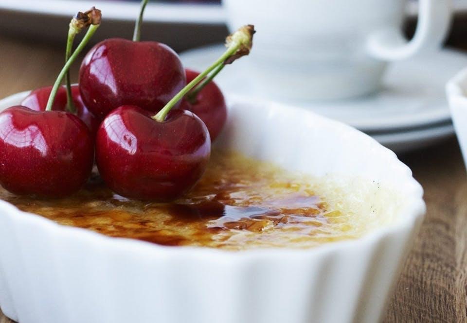 Creme catalane med kirsebær