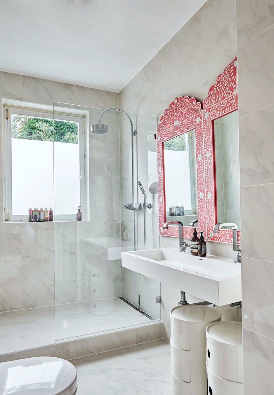 Badeværelse belagt med sandfarvet marmor