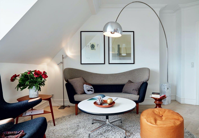 Stue med sort og grå Finn Juhl-sofa