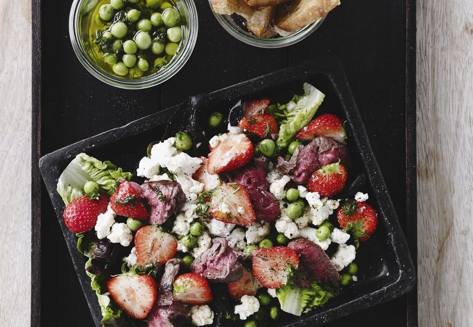 Jordbærsalat med blomkål og oksekød