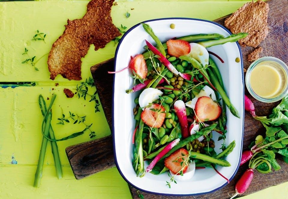Edamamesalat med asparges og jordbær