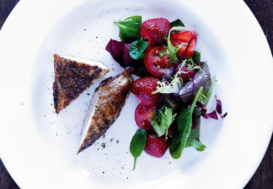 Rød salat med grillet kylling