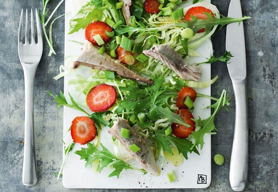 Røget makrelsalat med jordbær og hyldeblomst