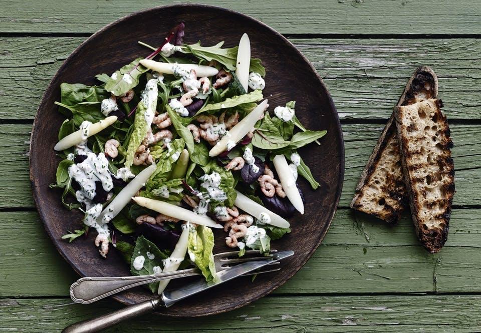Salat med fjordrejer og hvide asparges