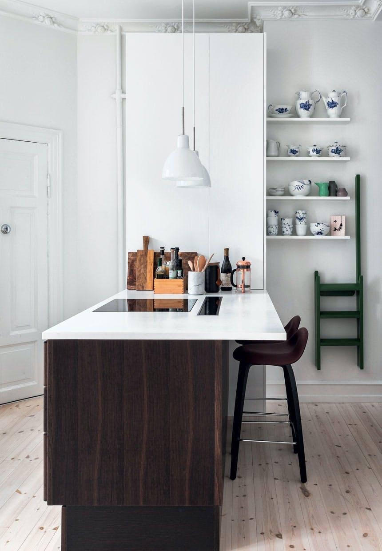 Minimalistiske hylder i køkkenet