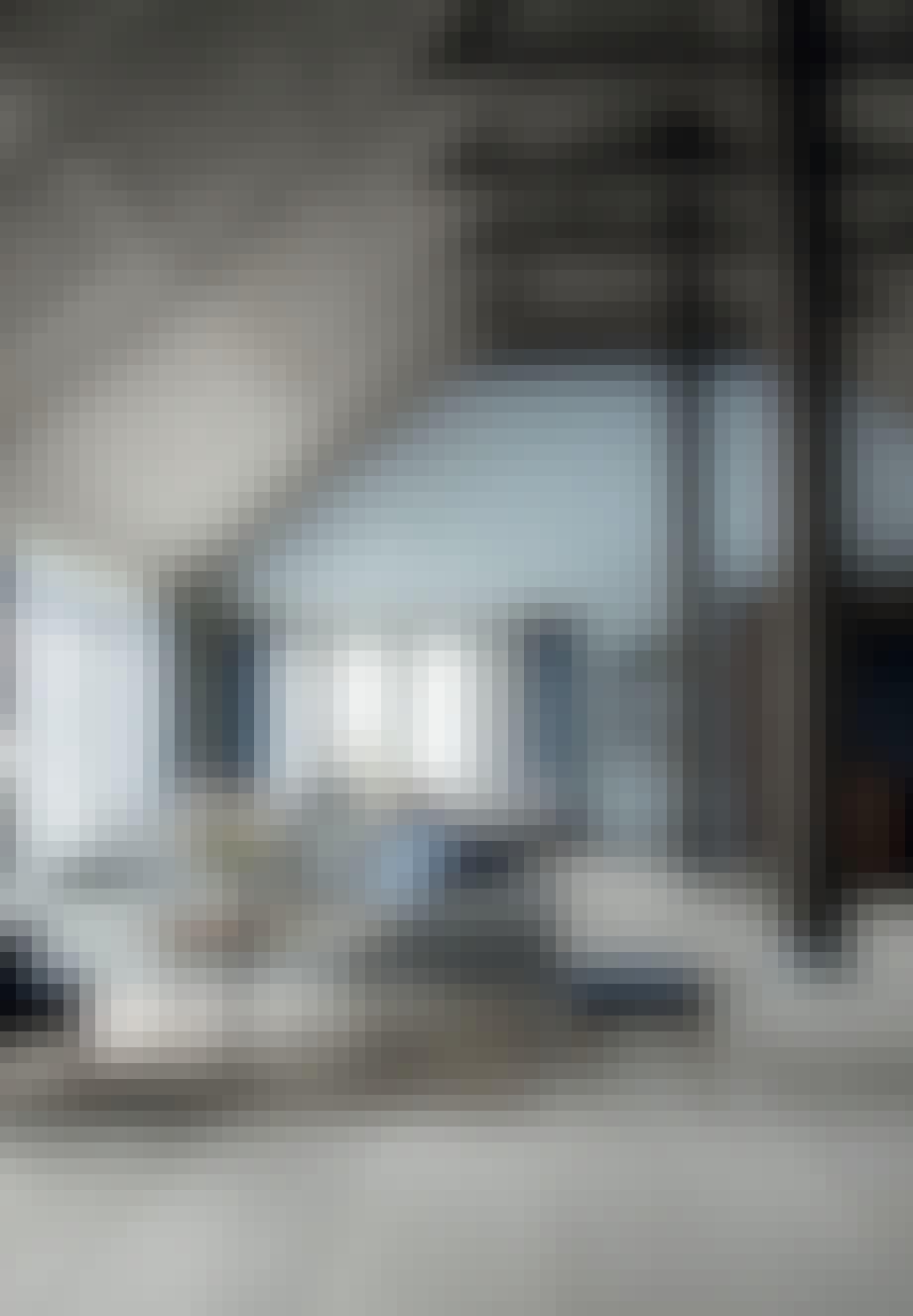 Køkken, spiseplads og dagligstue i ét rum
