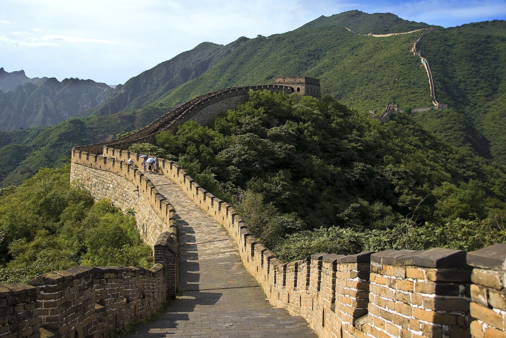 Tag på vandreferie på den flere tusinder år gamle kinesiske mur i Kina