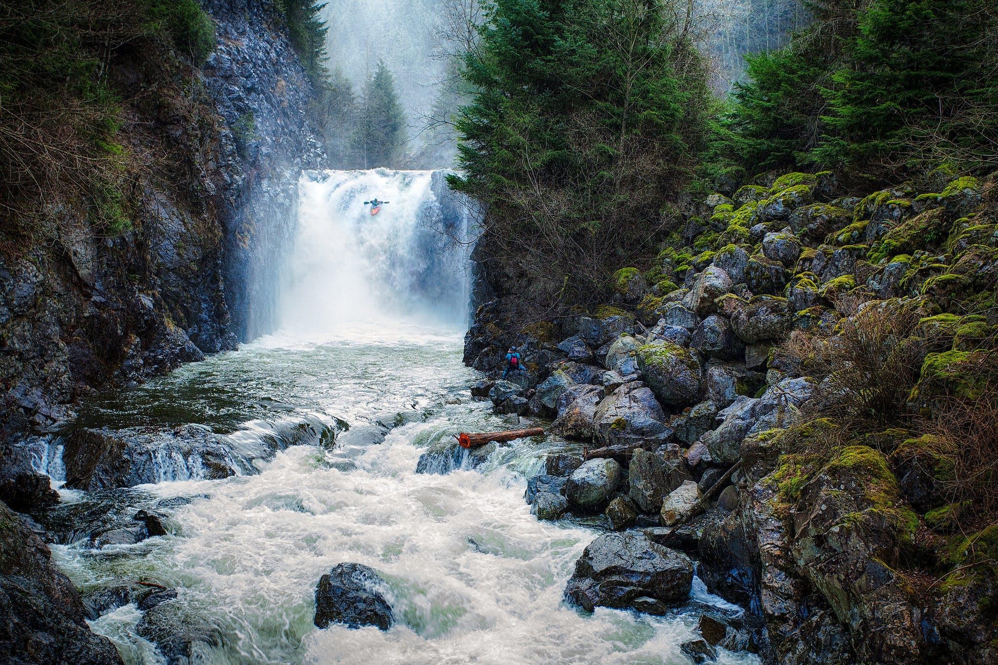 Sejl i kajak ned ad oprørte floder og vandfald