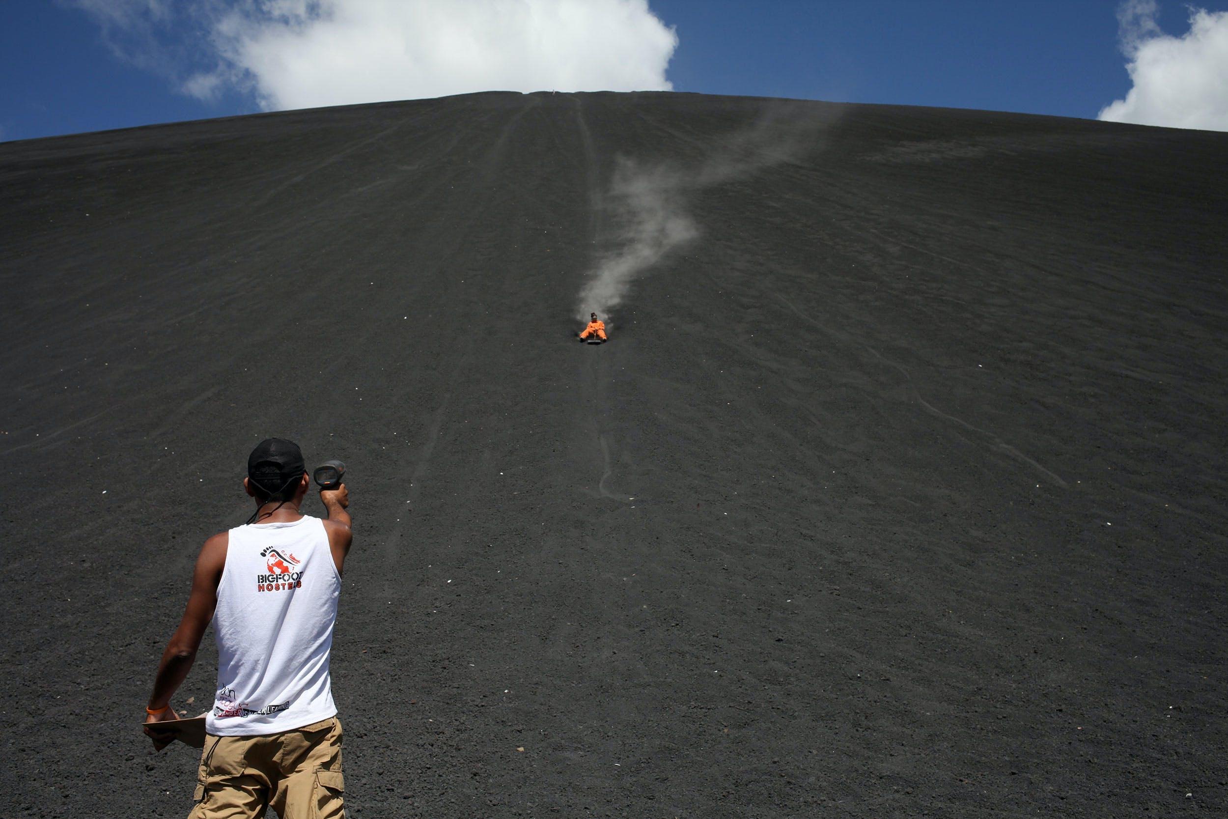 Prøv Volcano Boarding i Nicaragua
