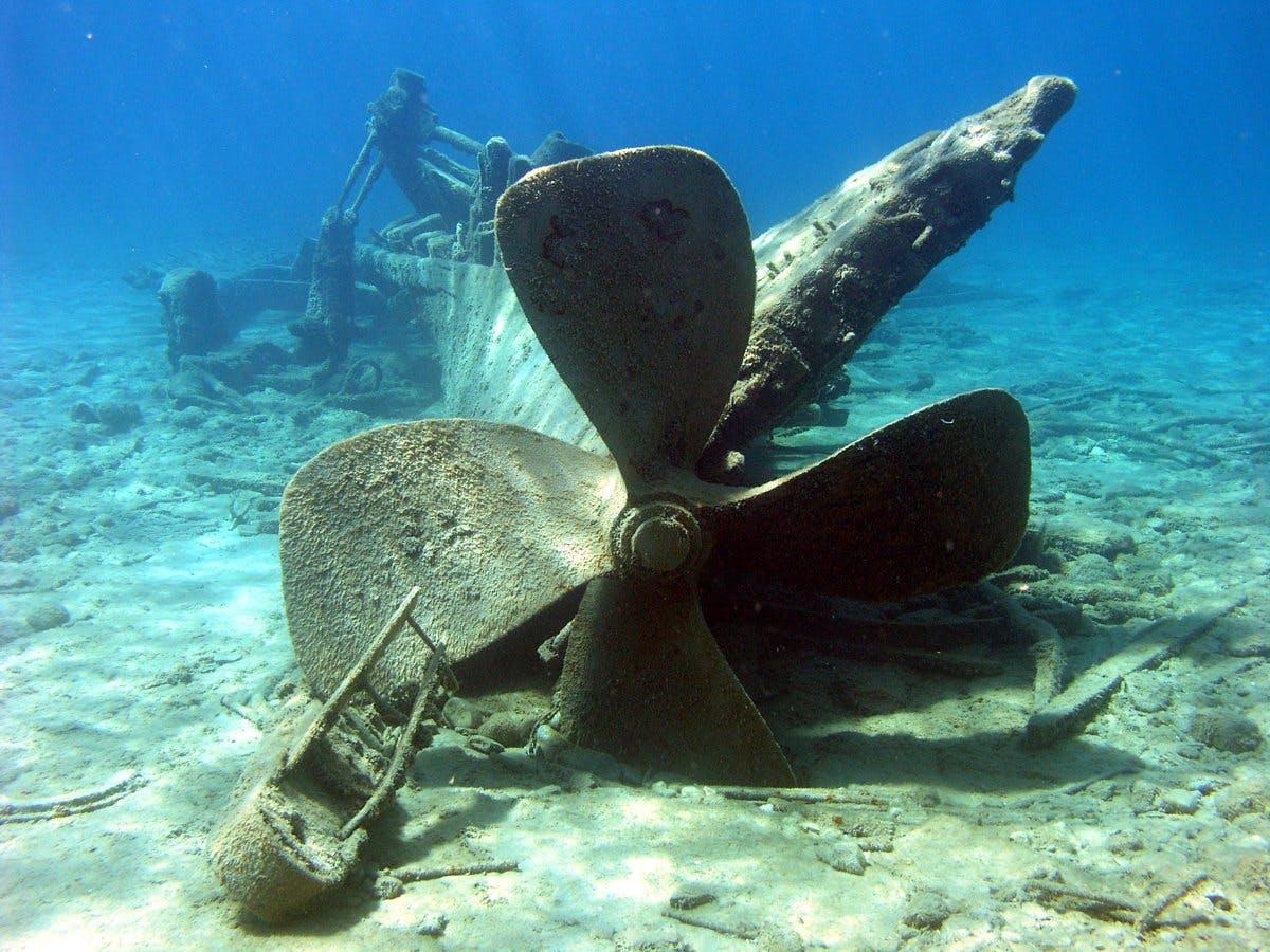 Udforsk skibsvrag under vandets overflade i Filippinerne