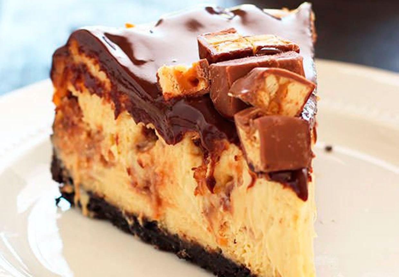 Et stykke Snickers-cheesecake med Oreo bund