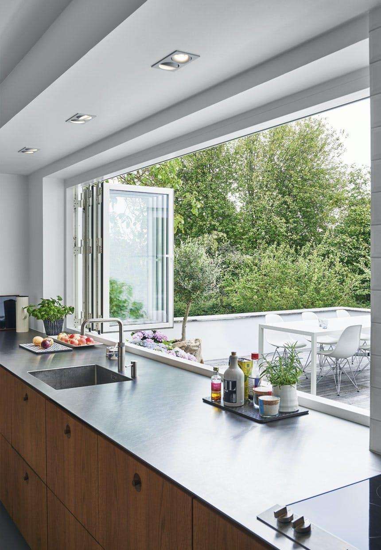 Køkken med tynd stålbordplade