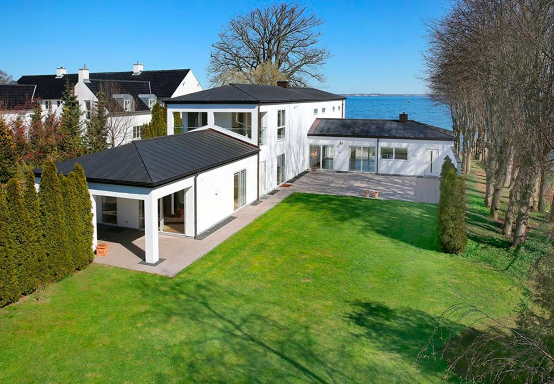 Michael Laudrup hvide villa i Vedbæk forfra.
