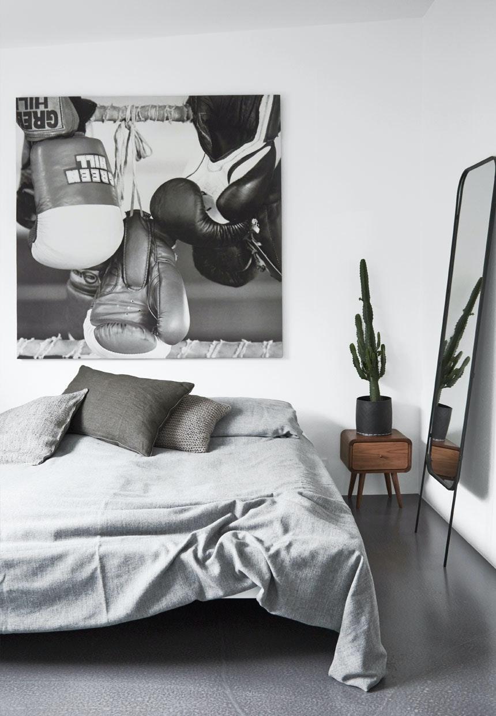 Enkelt soveværelse i grå nuancer
