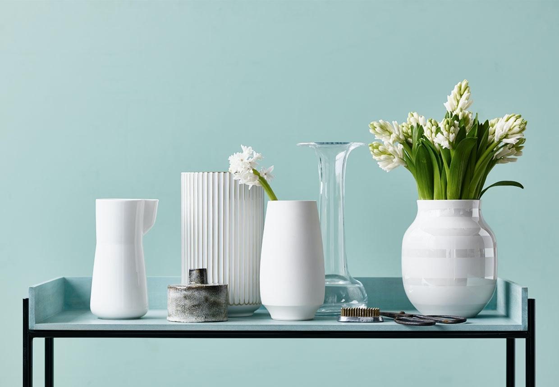 Smukke hvide vaser fra Kähler, Lyngby Porcelæn og Holmegaard.