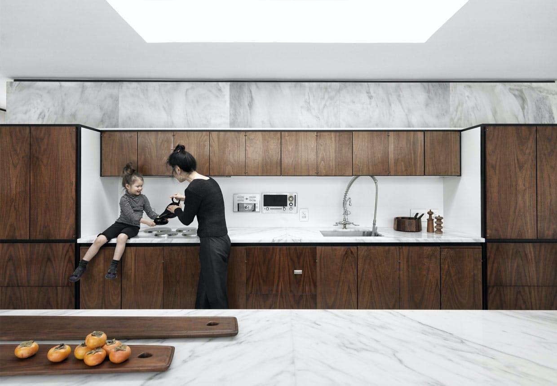 Køkken med marmor-bordplade
