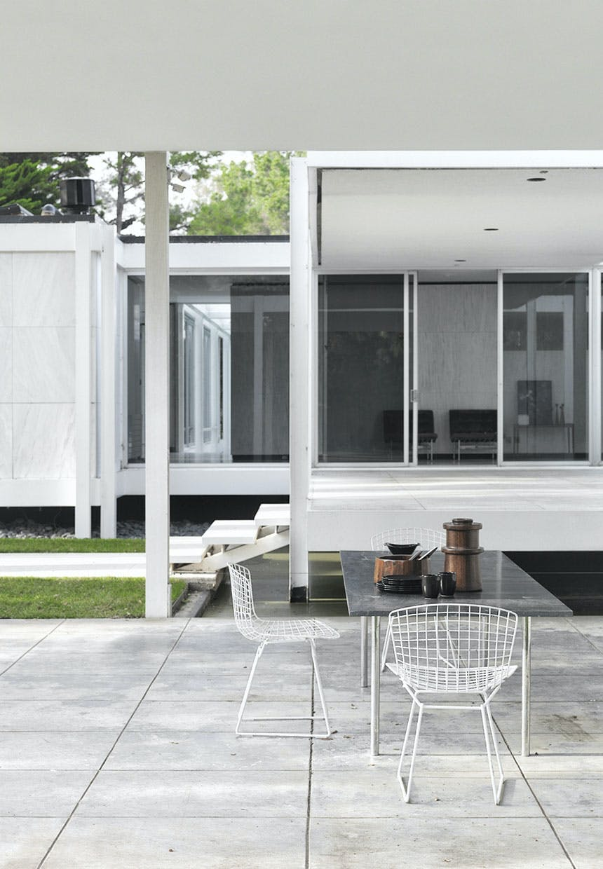 Terrasse med møbler fra Harry Bertoia