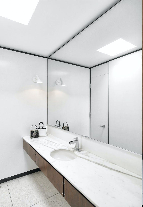 Badeværelse med marmor-bordplade
