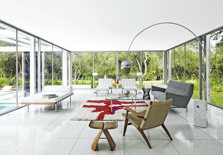 Daphne House i Californuen med stue med Castigliones Arco-lampe