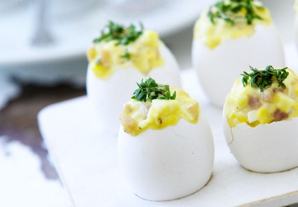 Fyldte æg til påskefrokosten