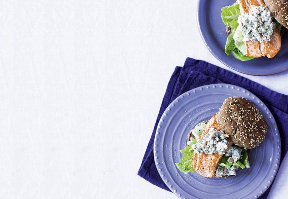 Burger med stegt ørred og grov urte-remoulade