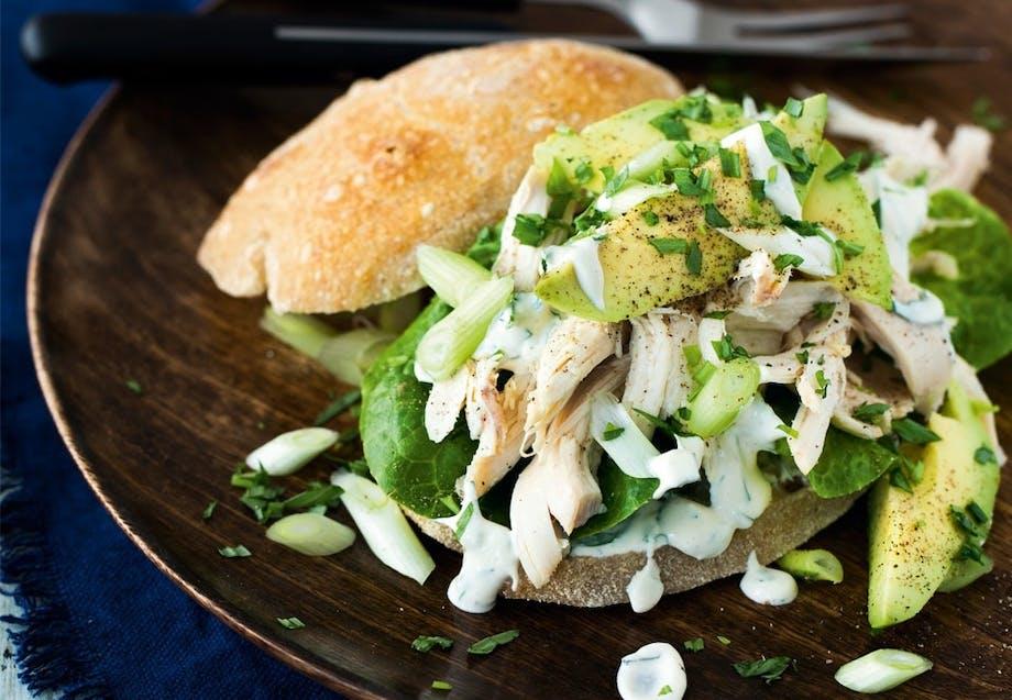 Kyllingeburger med avocado og estragoncreme
