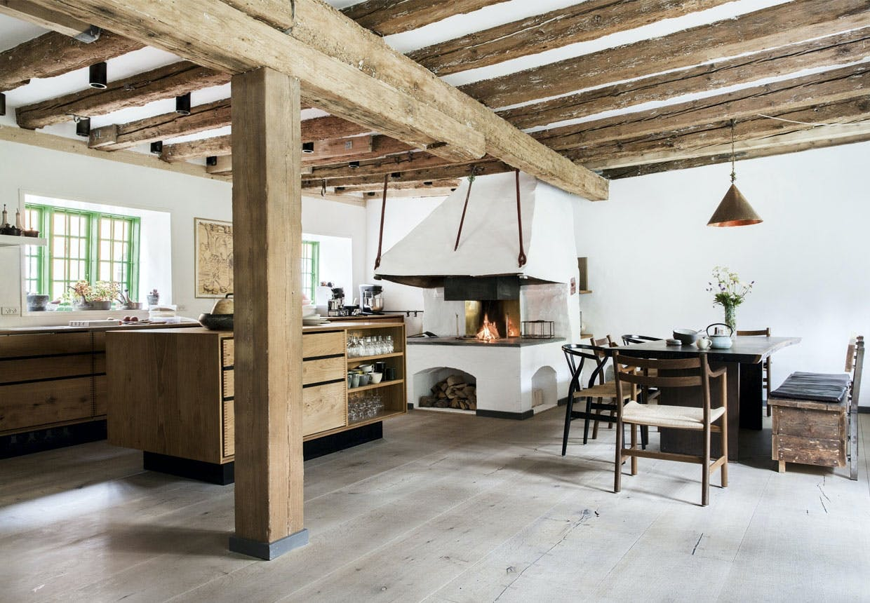 Hyggeligt køkken-alrum med åbent ildsted