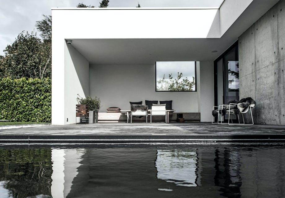 Stor terrasse med vandbassin