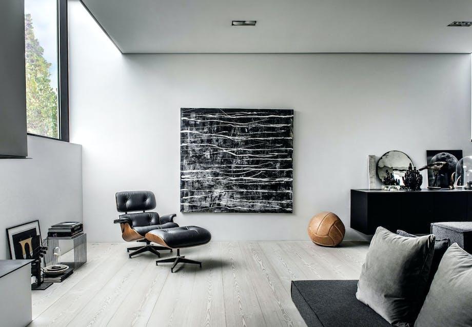 Stue med Eames-loungestol