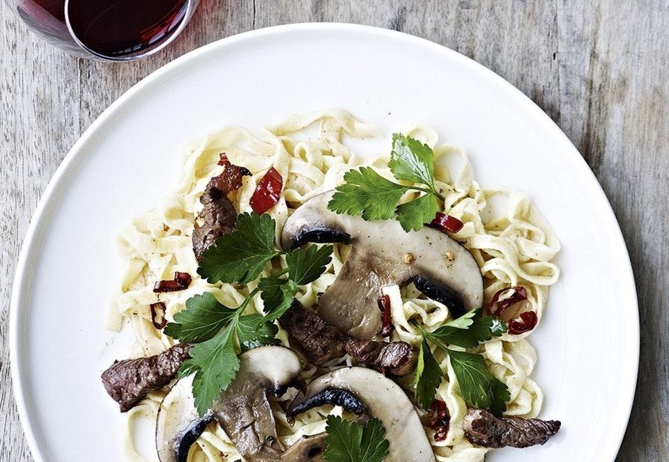 Hjemmelavet pasta med svampe og oksemørbrad