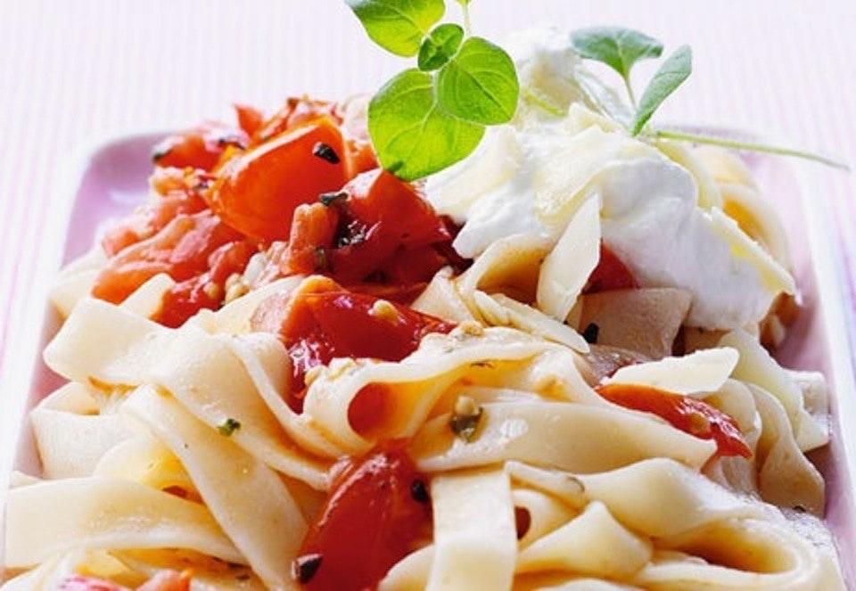Pasta med tomatsauce og to slags ost