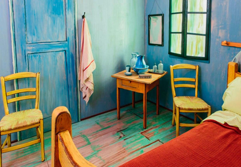 Van Gogh's soveværelse i Arles i skæv vinkel genskabt i fuld menneskelig størrelse.
