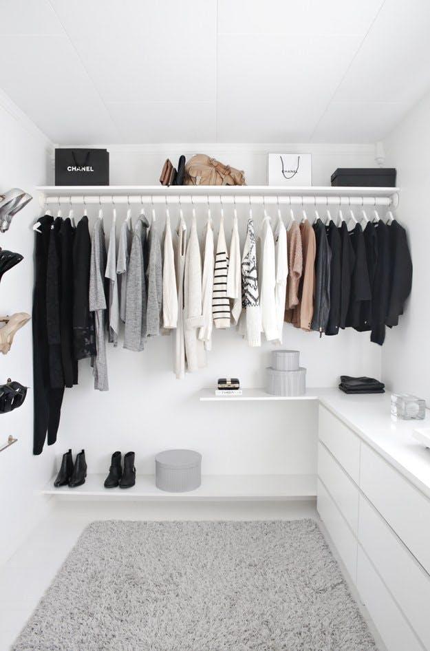 Walk-in-closet med ... stort set ingenting