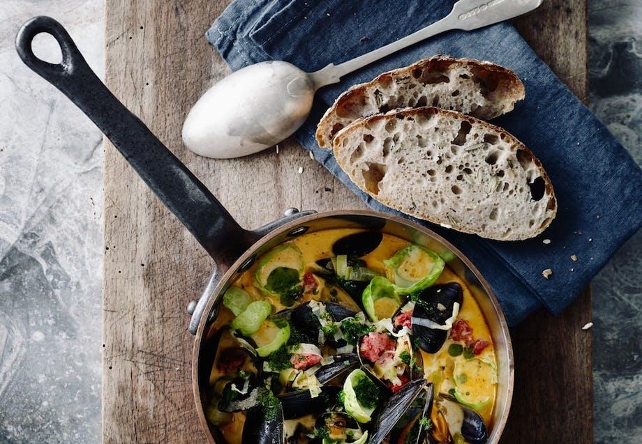 Suppe med muslinger, chorizo, rosenkål og persille