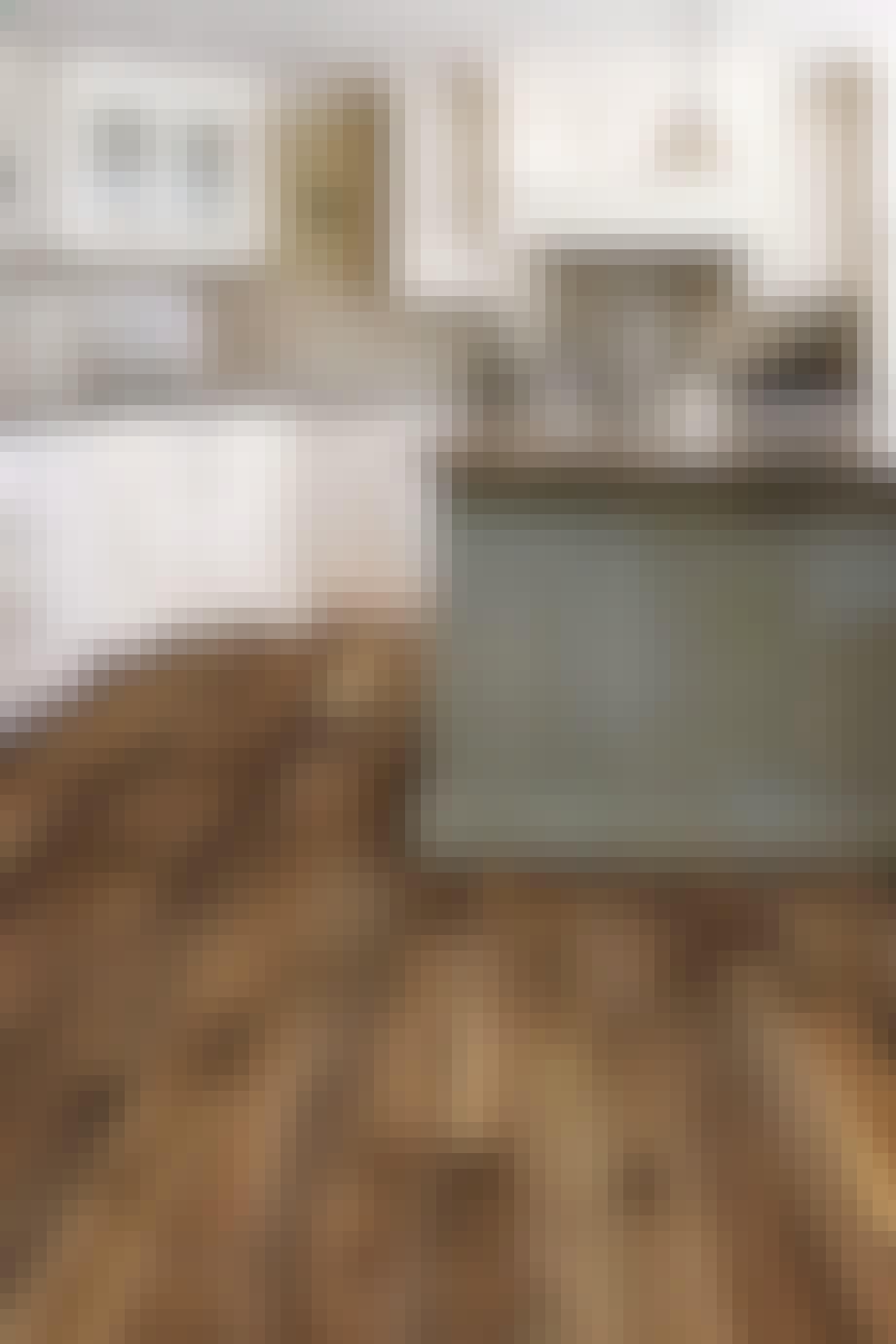 Køkken med rustik trægulv
