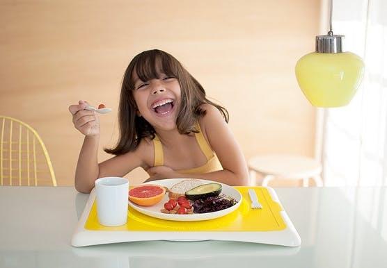 Barnet optjener point til computerspil ved at spise sundt.