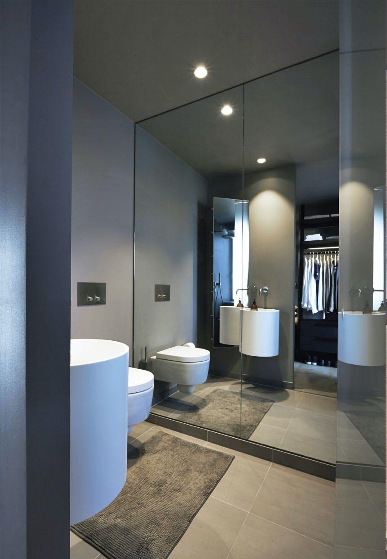 Badeværelse med stort spejl