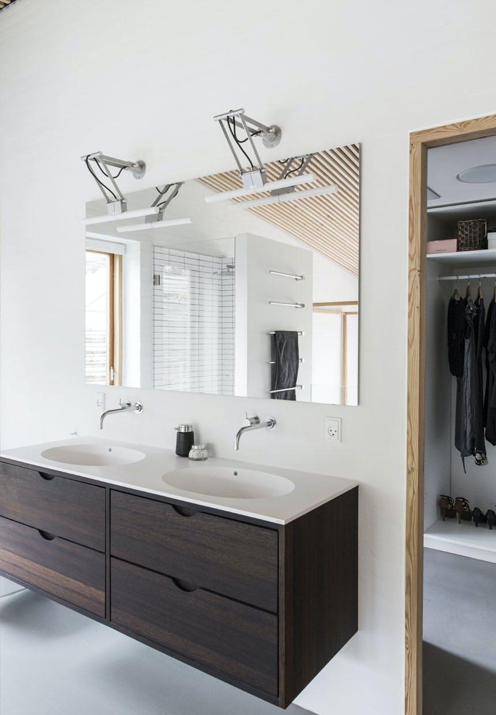 Væghængt badeværelsesmøbel