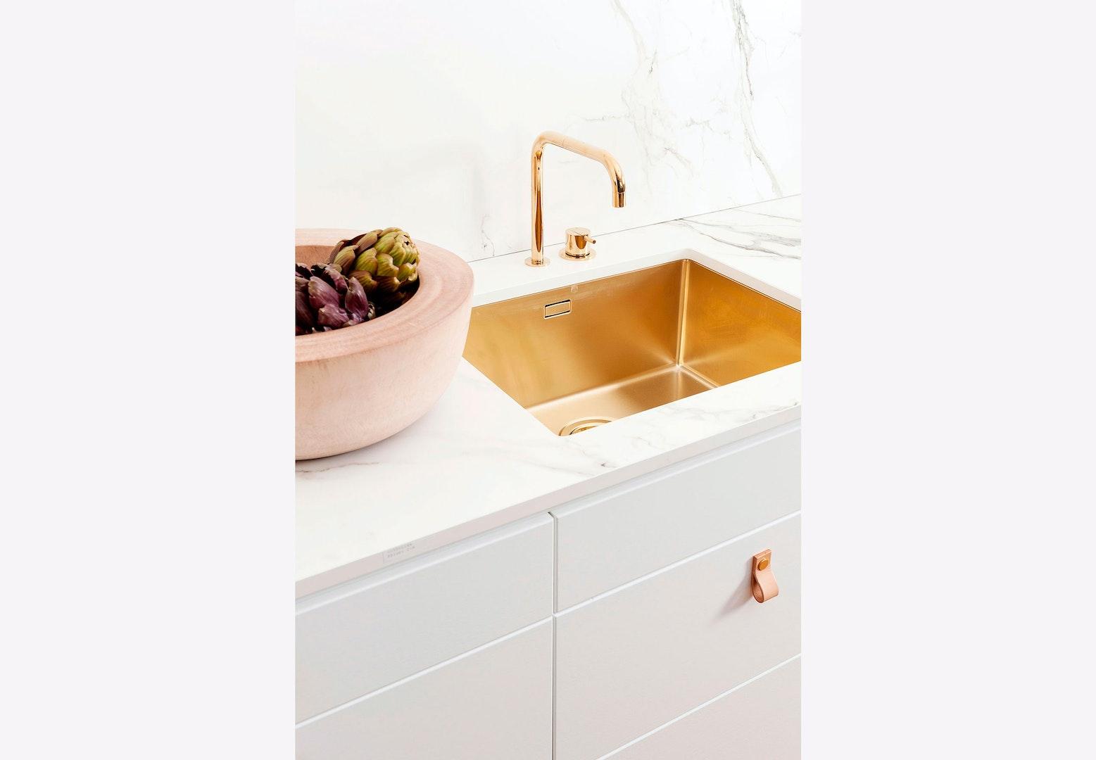 Super Tidsløst og rustikt køkken med vask af guld | bobedre.dk WV62