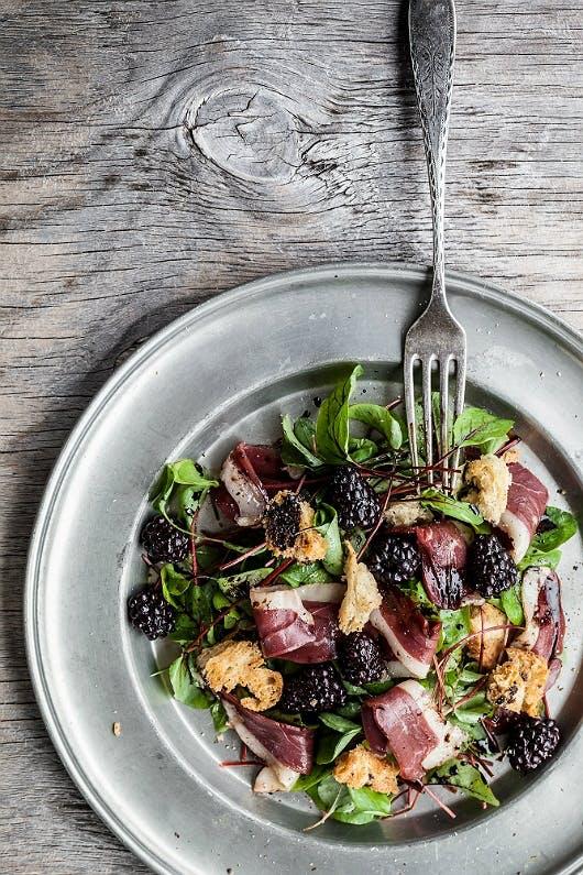Salat med røget andebryst og brombær