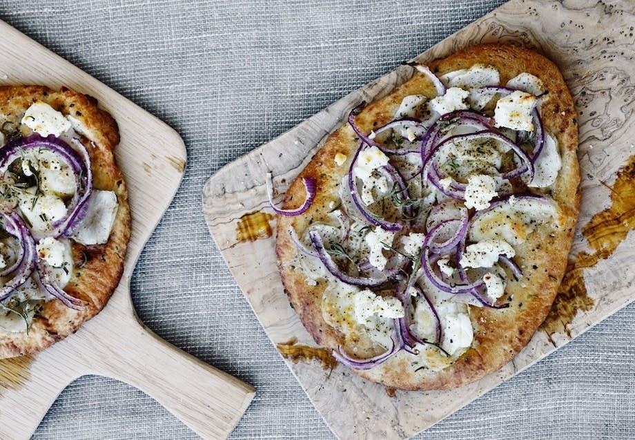 Pizza med jordskokker og gedeost