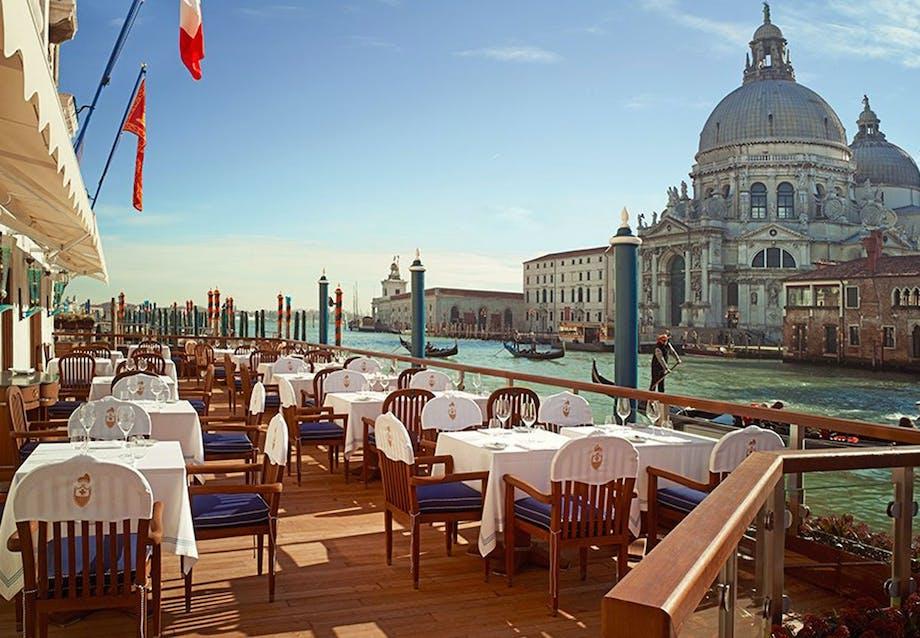 Klassiske Venedig-retter ved kanalen