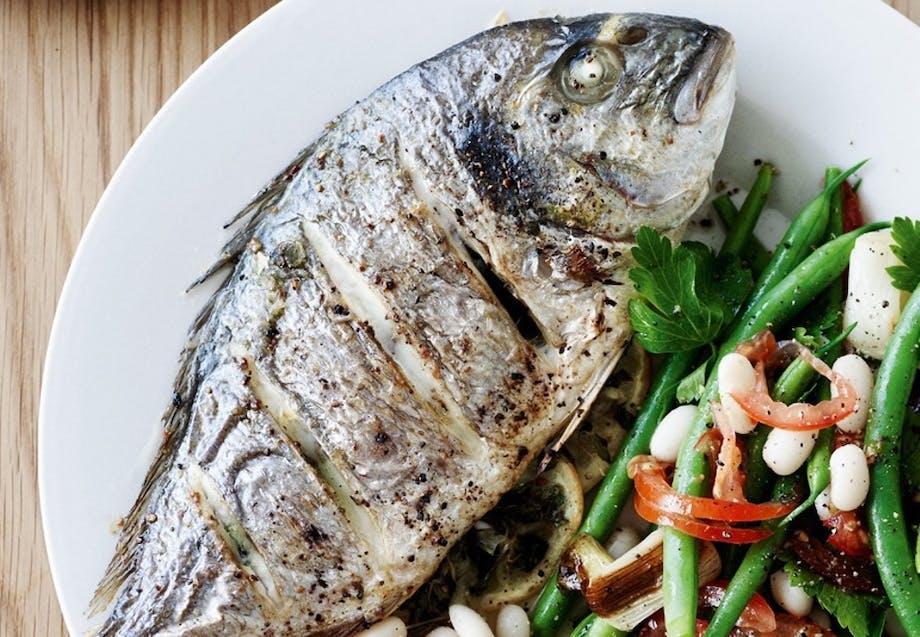 Grillet Dorade-fisk med bønnesalat