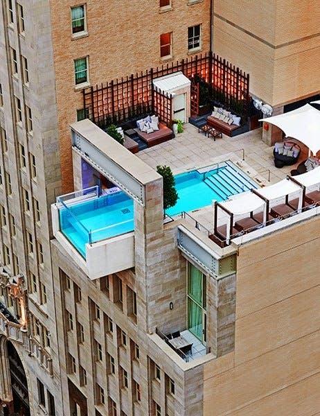 Svøm i frit fald over byen