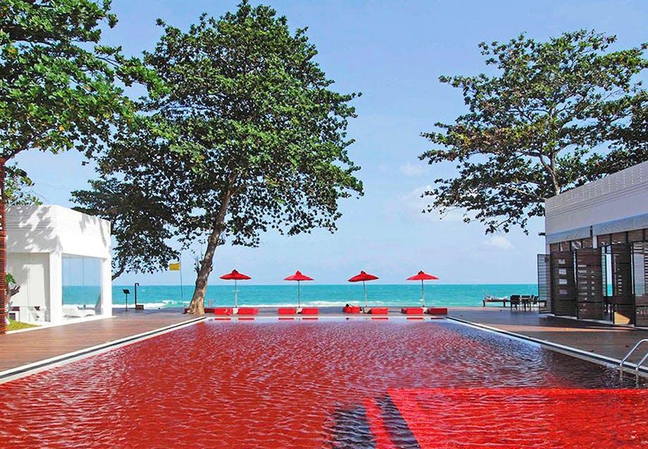 En pool af rød mosaik