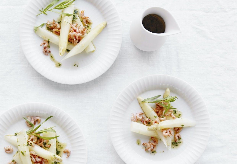 Hvide asparges med fjordrejer og brunet estragon-smør